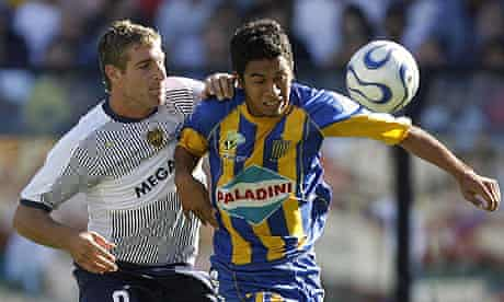 Boca Juniors' Martin Palermo (L) vies for the ball with Rosario Central's Damian Ledesma
