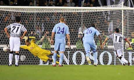 Udinese's Antonio Di Natale beats Tottenham goalkeeper Heurelho Gomes with his penalty