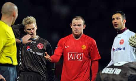 Wayne Rooney and Aalborg players