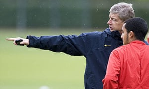Arsène Wenger talks to Theo Walcott at Arsenal training