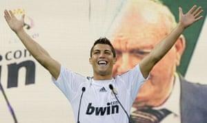Cristiano Ronaldo: Cristiano Ronaldo milks the applause during his Real Madrid unveiling