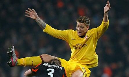 Nicklas Bendtner battles with Tomas Hubschman