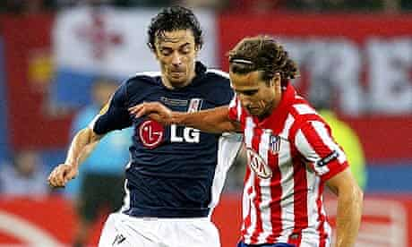 Fulham's Simon Davies (L) and Atletico Madrid's Diego Forlan