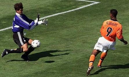 Holland's Patrick Kluivert shoots past Argentina goalkeeper Carlos Roa