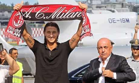 Zlatan Ibrahimovic poses with a Milan scarf