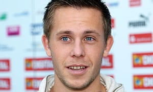 Iceland midfielder Gylfi Sigurdsson has completed a £6m move from Reading to Hoffenheim.