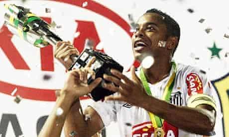Robinho holds the Copa do Brasil