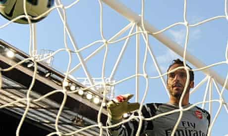 Arsenal goalkeeper Manuel Almunia