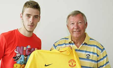David de Gea poses with Sir Alex Ferguson after signing for the club