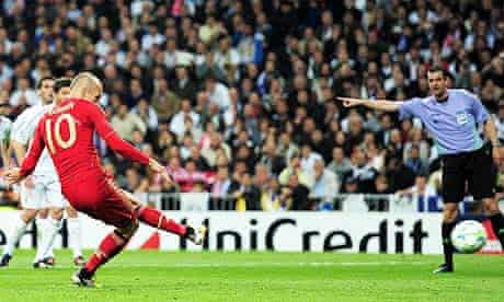 Bayern Munich's Arjen Robben scores a penalty at Real Madrid in the Champions League