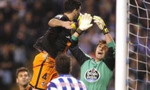Deportivo goalkeeper Daniel Aranzubia denies Valencia defender Alex Bergantinos