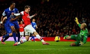 Everton's Tim Howard saves a shot from Arsenal's Aaron Ramsey