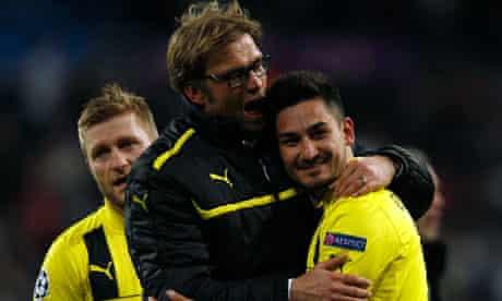 Borussia Dortmund coach Jurgen Klopp celebrates with his team