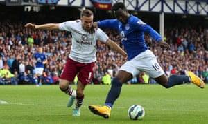Romelu Lukaku of Everton, right