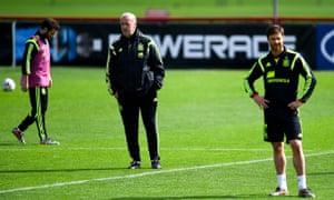Juan Mata, Vicente del Bosque and Xabi Alonso train for Spain
