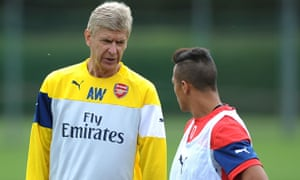 Arsenal's manager Arsène Wenger talks with his new signing Alexis Sánchez during training