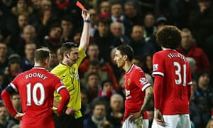 Michael Oliver shows Ángel di María of Manchester United a red card