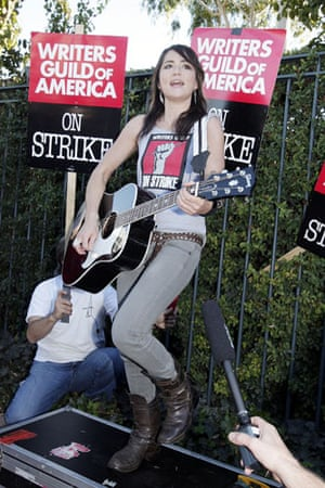Gallery Great Scots: K.T. Tunstall Performs on the Picket Line to Support WGA Writers