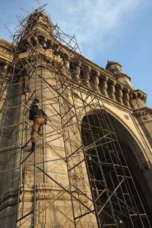 Gallery Mumbai terror attacks: Army snipers climb up the Gateway of India opposite The Taj hotel in Mumbai