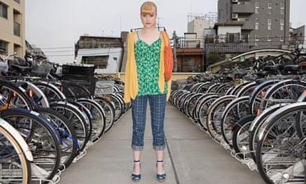 Bike blog : Young woman in a bike park