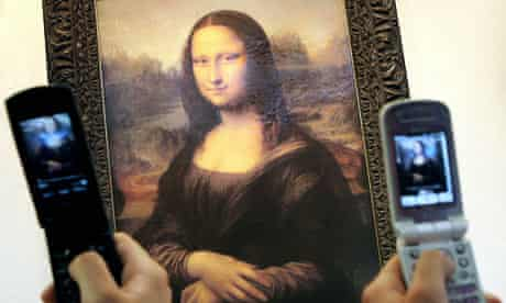 A copy of the Mona Lisa photographed on mobile phones