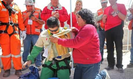 Trapped Chile miner Rojas kneels to pray