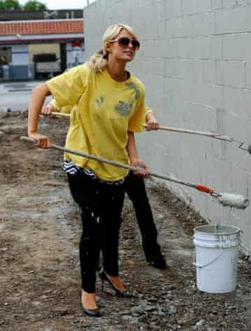 Paris Hilton performs community service