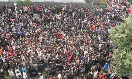 Hordes of potential suitors gather around Zhang Mengqian's dorm building.