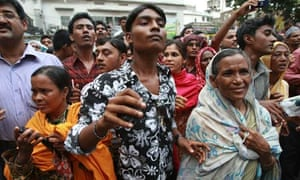 Relatives at the gates of Dhaka central jail after the authorities started freeing 1,000 inmates