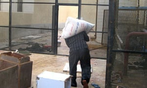 A looter at a Cairo prison