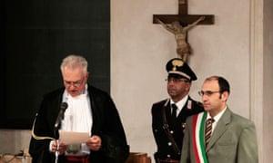 Judge Claudio Pratillo Hellmann (l) reads the verdict at the appeal trial of Amanda Knox, in Perugia