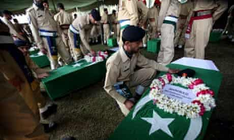 Pakistani soldier pay tribute to their colleagues