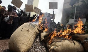 Ivory coast cocoa growers burning protest