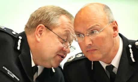 Metropolitan police deputy Commissioner Tim Goodwin talks to commissioner Paul Stephenson