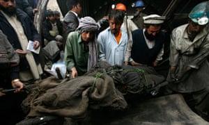 Rescue workers retrieve body at Pakistan mine blast