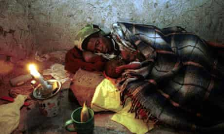 MDG : Swaziland / A woman with Aids with her HIV-infected baby at their home near Magomba, Swaziland