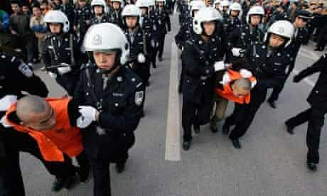 Chinese police esvort murderers to court