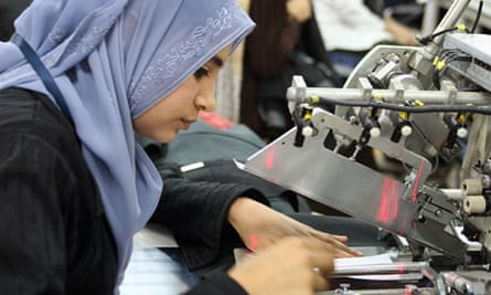 MDG: Egypt / A seamstress cuts fabric in a factory