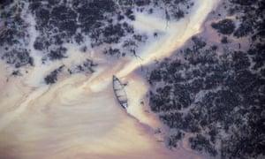 MDG : Ogoniland / Oil in a creek near an illegal oil refinery in Nigeria's Delta region