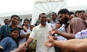 Mohamed Nasheed leaves mosque