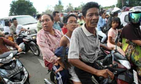 Residents of Banda Aceh evacuate tsunami warning