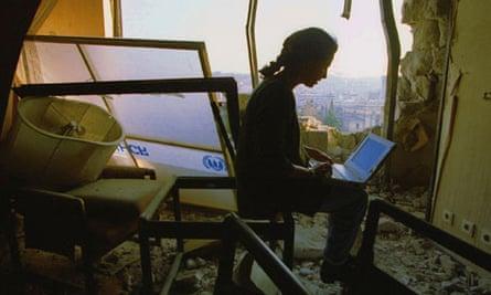 Barbara Demick at work in the Holiday Inn, Sarajevo, 1994