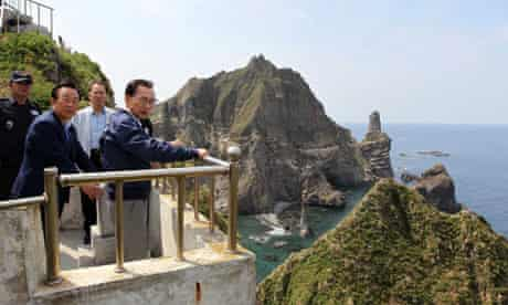 South Korea's President Lee Myung-Bak (r) visits one of the disputed islands.