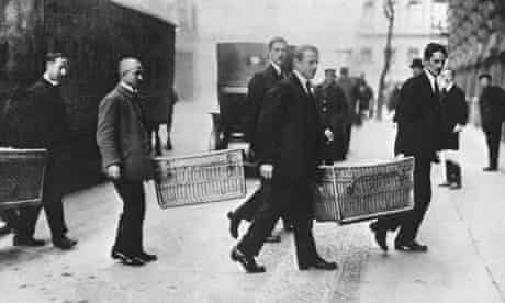 Germans carry baskets with gold to bank in 1923