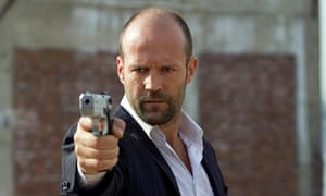 Jason Statham pointing a gun, in the film Safe (2012)