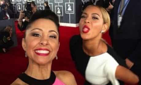 Beyoncé photobombs Nikki Boyer at the Grammys