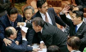 Opposition politicians confront upper house security special committee chairman Masaharu Nakagawa (s