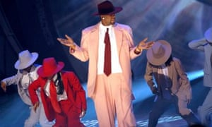 R Kelly performing on stage in 2003