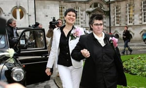 Shannon Sickles (l) and Grainne Close, arrive at Belfast city hall in December 2005