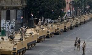 开罗解放广场入口处的士兵。